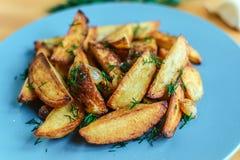 Batatas Roasted com pimenta e cominhos de sal no fundo de madeira Fotos de Stock Royalty Free