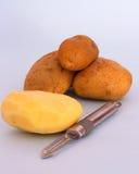 Batatas a ser descascadas imagens de stock