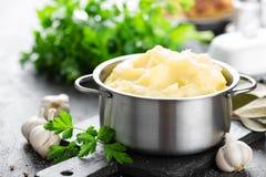 Batatas trituradas no close up do potenciômetro imagens de stock