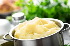 Batatas trituradas no close up do potenciômetro fotos de stock royalty free