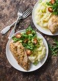 Batatas trituradas, peito de frango cozido do alho e rúcula, salada dos tomates de cereja Conceito saudável do alimento Almoço de imagem de stock