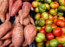 Bataten en tomaten bij de markt Royalty-vrije Stock Foto's