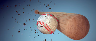 Bate de béisbol de madera que golpea una bola Foto de archivo libre de regalías