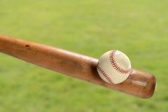 Bate de béisbol que golpea la bola Imagen de archivo libre de regalías