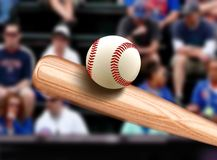 Bate de béisbol que golpea la bola Imágenes de archivo libres de regalías