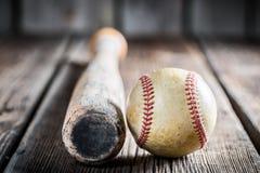 Bate de béisbol y bola Fotografía de archivo