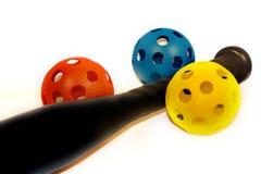 Bate de béisbol y bolas plásticos Imágenes de archivo libres de regalías
