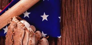 Bate de béisbol y guantes en bandera americana imagen de archivo libre de regalías