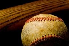 Bate de béisbol y bola Imagen de archivo libre de regalías