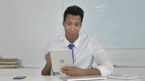 Bate-papo afro-americano de Doing Online Video do homem de negócios na tabuleta video estoque