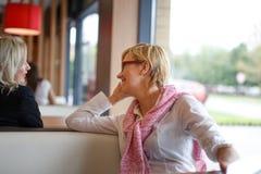 Bate-papo das mulheres no restaurante fotografia de stock royalty free