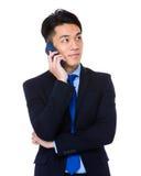 Bate-papo do homem de negócios no telefone celular Fotografia de Stock