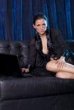 Bate-papo 'sexy' - mulher atrativa que usa o laptop foto de stock royalty free