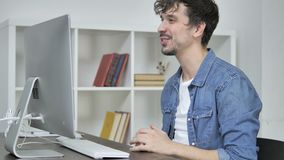 Bate-papo video em linha através do Desktop pelo desenhista criativo novo filme