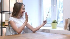 Bate-papo video em linha da moça na tabuleta Imagem de Stock