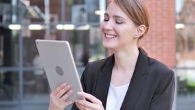 Bate-papo video exterior na tabuleta pela mulher de negócios nova vídeos de arquivo