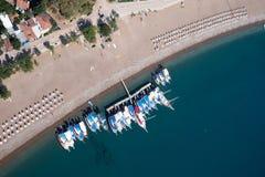 Bateau à l'arrière-plan bleu Turquie de Laguna de mer Image libre de droits