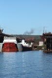 Bateau à l'embarcadère dans le port Images libres de droits