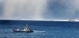 Bateau à la mer ouverte (aspect de tempête de neige lointaine de Th) Image libre de droits