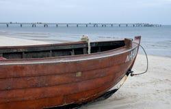 Bateau à la plage photographie stock libre de droits
