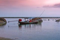 Bateau à la plage de coucher du soleil Photographie stock