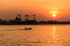 Bateau à la rivière dans le temps de coucher du soleil Photos libres de droits