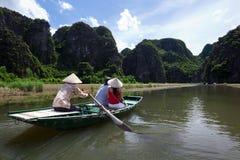 Bateau à rames au compartiment de Halong Photo stock