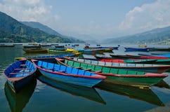 Bateau à rames au lac de phewa, pokhara, Népal photos stock
