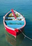 Bateau à rames coloré en mer claire. Photographie stock