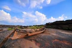 Bateau à rames décadent en rivière sèche, réchauffement global. photo stock