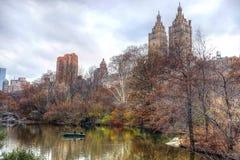 Bateau à rames dans le Central Park, Manhattan image stock