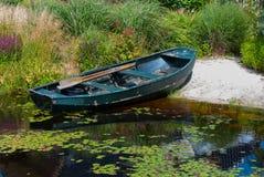 Bateau à rames dans un étang de jardin Image libre de droits