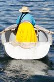 Bateau à rames de femme sur le Lac Titicaca image libre de droits