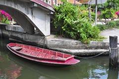 Bateau à rames rouge Photographie stock