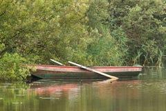 Bateau à rames rouge sur le lac Images stock