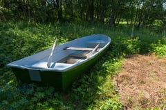 Bateau à rames se situant dans la forêt photographie stock libre de droits