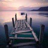 Bateau à rames silhouetté sur le policier de lac, Italie Image stock