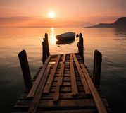 Bateau à rames silhouetté sur le policier de lac, Italie Photographie stock libre de droits