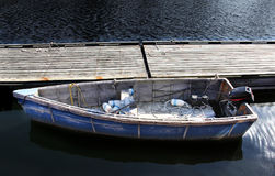 Bateau à un dock Photo stock