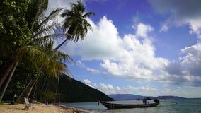 Bateau à une plage tropicale banque de vidéos