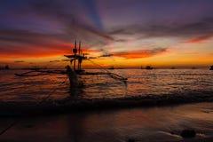 Bateau à voile à la mer de coucher du soleil, île de boracay Photographie stock libre de droits