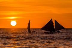 Bateau à voile au coucher du soleil Image stock