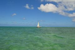 Bateau à voile avec Crystal Clear Caribbean Waters image stock
