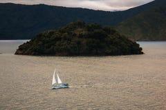 Bateau à voile dans l'eau, NZ Images libres de droits