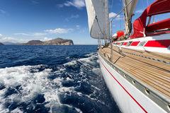 Bateau à voile dans la côte de la Sardaigne, Italie Photographie stock
