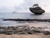 Bateau à voile dans la crique de poissons de vol, Île Christmas, Australie image libre de droits