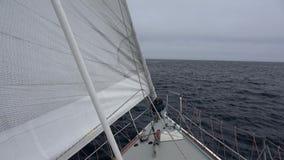 Bateau à voile dans la mer d'Okhotsk clips vidéos