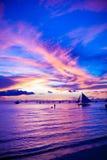 Bateau à voile dans le coucher du soleil impressionnant en île de Boracay photos libres de droits