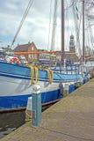 Bateau à voile dans le port de Lemmer en Frise, Pays-Bas photos stock