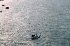 Bateau à voile dans le vaste océan Key West photo stock